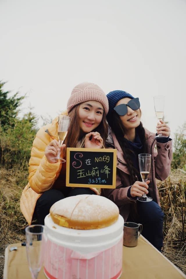 Selina(左)將完成玉山攻頂作為自己39歲生日禮物,好姐妹田馥甄陪伴圓夢。圖...