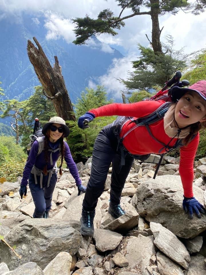 Selina(右)將完成玉山攻頂作為自己39歲生日禮物,好姐妹田馥甄陪伴圓夢。圖