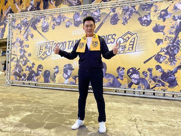 中華職棒總冠軍賽首戰今晚在台中洲際棒球場開打,國民黨主席江啟臣在臉書與台南市議員謝龍介打賭。圖/取自江啟臣臉書