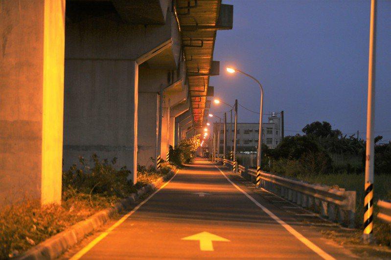 女大學生遇害的台鐵橋下道路,在案發後全部都亮了。記者劉學聖/攝影