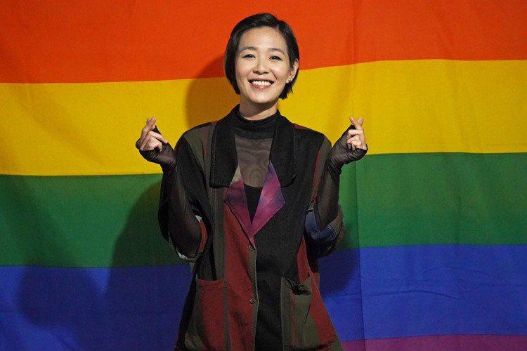 安溥(張懸)擔任第18屆台灣同志遊行「彩虹大使」,今在場壓軸獻唱「玫瑰色的你」等6首歌曲,現場鮮肉眾多,演出話題國片「刻在你心底的名字」的陳昊森也加入遊行行列,她說還沒看過該部電影,「我家裡現在有個...