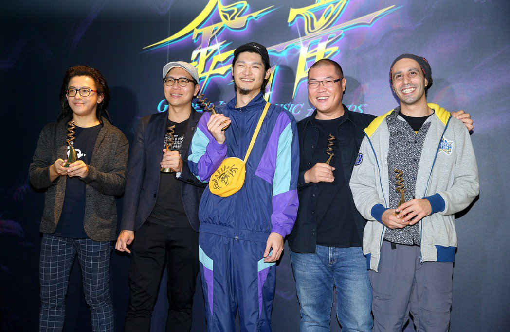 Leo王(中)跟團隊一起抱回第11屆金音獎最佳現場演出獎。記者余承翰/攝影