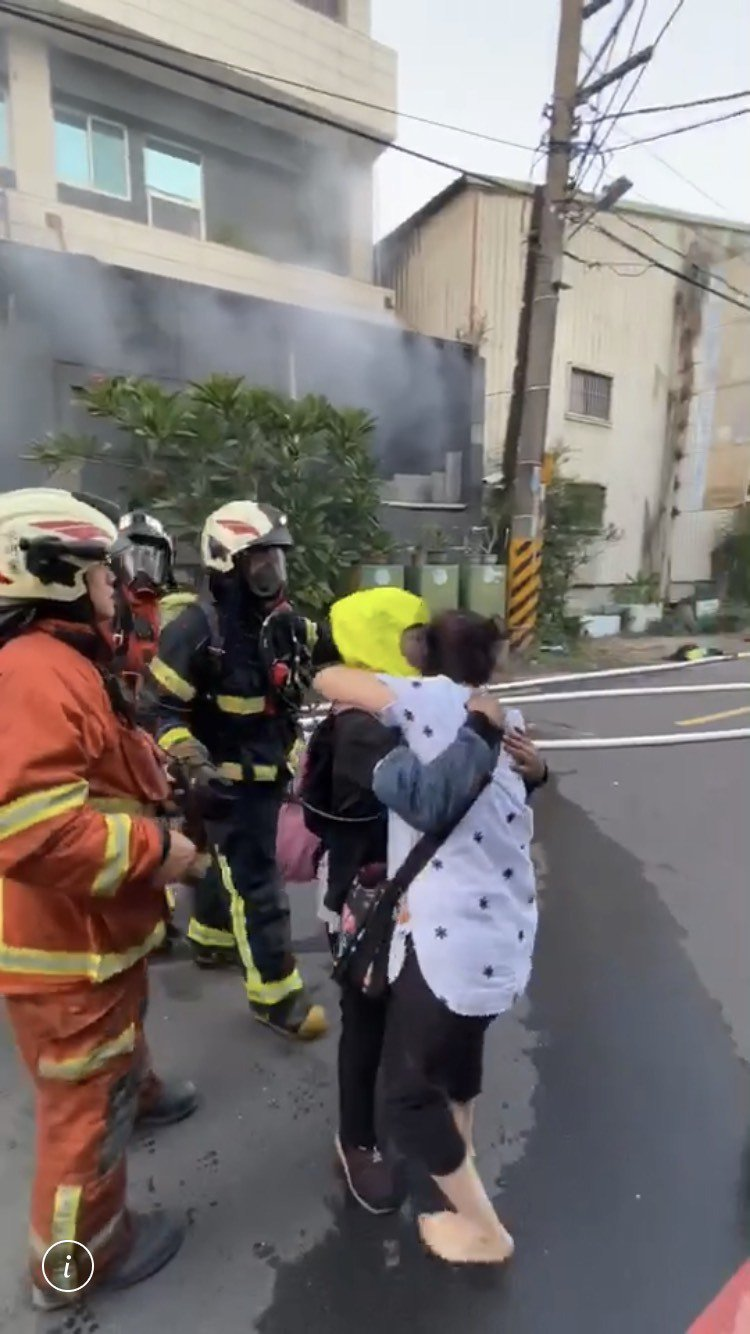 PP电子杰克扑克_感動!女移工受困火場 消防搶救出老闆衝上前相擁而泣