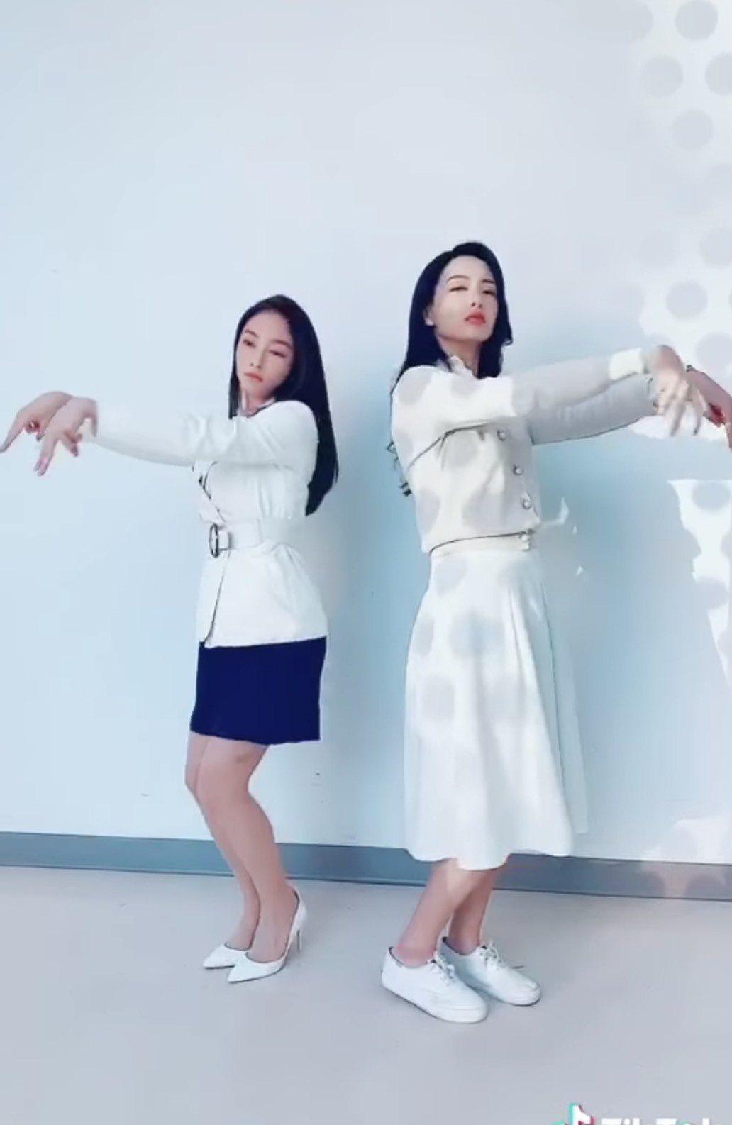 何蓓蓓(右)、張家瑋大跳螃蟹舞。圖/摘自臉書
