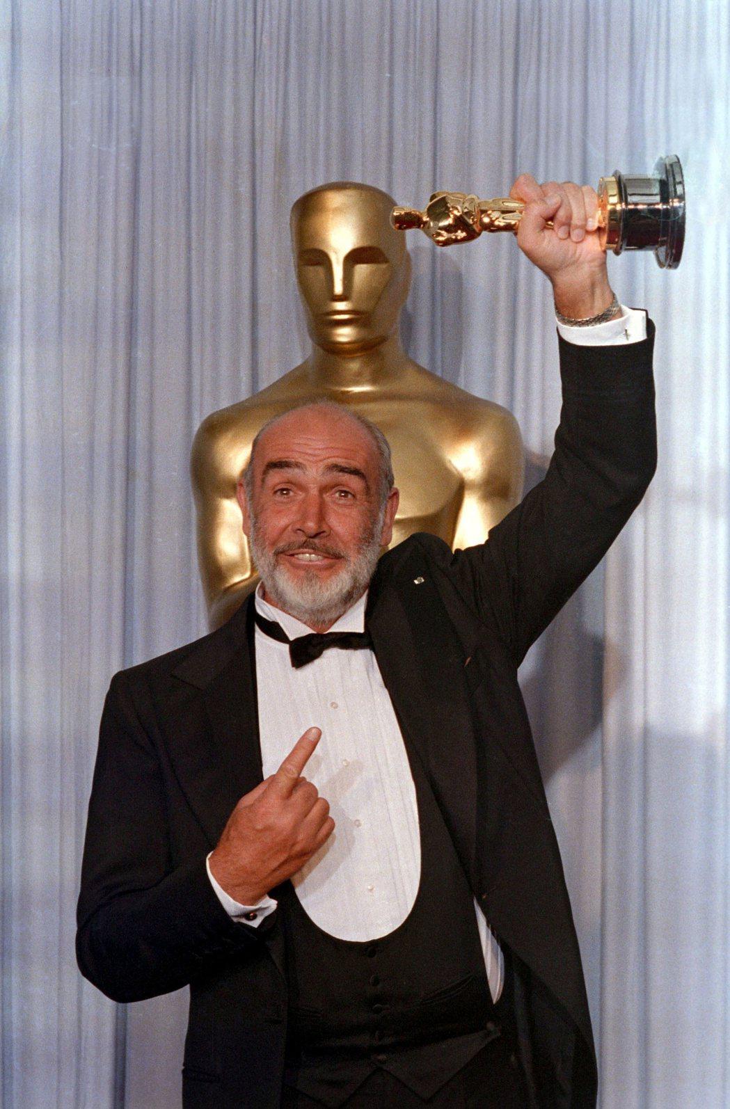 史恩康納萊榮獲奧斯卡最佳男配角獎。圖/路透資料照片