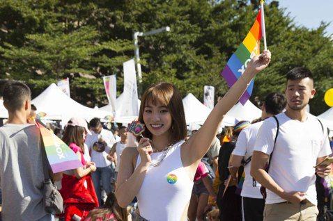 陳芳語(Kimberley)今走上街頭,加入第18屆台灣同志遊行行列,穿著白T在胸前2點僅貼上彩虹貼紙,給同志朋友雙倍支持,興奮喊話:「覺得好開心、好自由!覺得這裡超棒,很榮幸能夠見證這麼大的愛!」...
