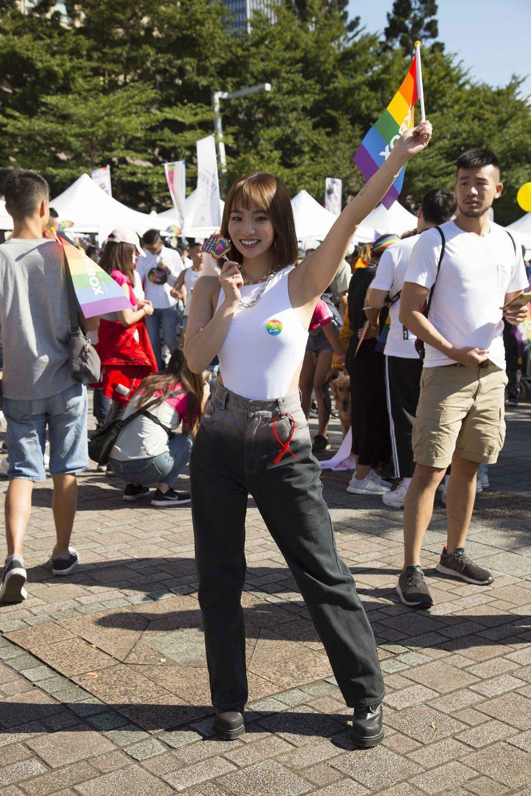 陳芳語穿著白T在胸前2點僅貼上彩虹貼紙,給同志朋友雙倍支持。圖/華風數位提供