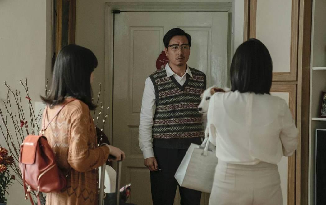 尹昭德在「黑喵知情」戲中,面對妻女抱著愛貓、提行李離家,一臉無法置信。圖/LIN...