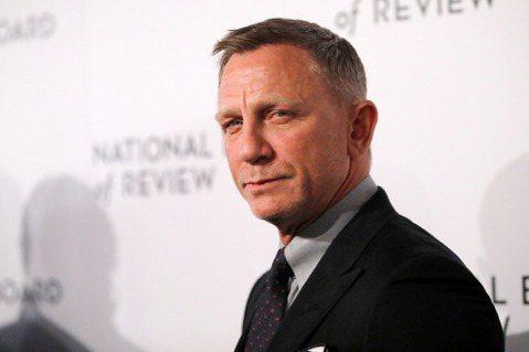 最新龐德電影「007生死交戰」還因新冠肺炎疫情拖著無法上映,讓007成為銀幕經典賣座系列的首代男主角史恩康納萊已在巴哈馬去世,享年90歲。007製片人芭芭拉布洛柯利與麥可威爾森,在官方社群網站中發聲...