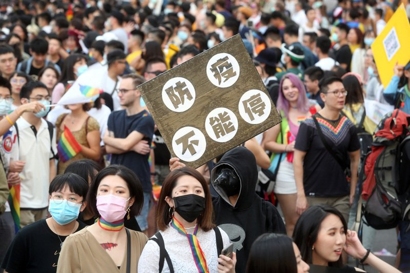 第十八屆台灣同志遊行昨天在台北市政府前廣場登場,今年主題是「成人之美」,許多民眾和在台的外國人都盛裝出席,宛如一場嘉年華會。記者曾吉松/攝影