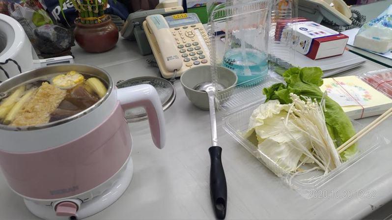 網友叫外送小火鍋,沒想到來的卻是生食,害他只好在辦公室煮個人鍋。圖擷自facebook
