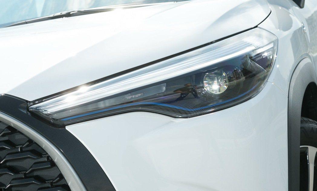 LED Bi-Beam頭燈(汽油尊爵及HYBRID尊爵以上)擁有搶眼的類燈眉日行...