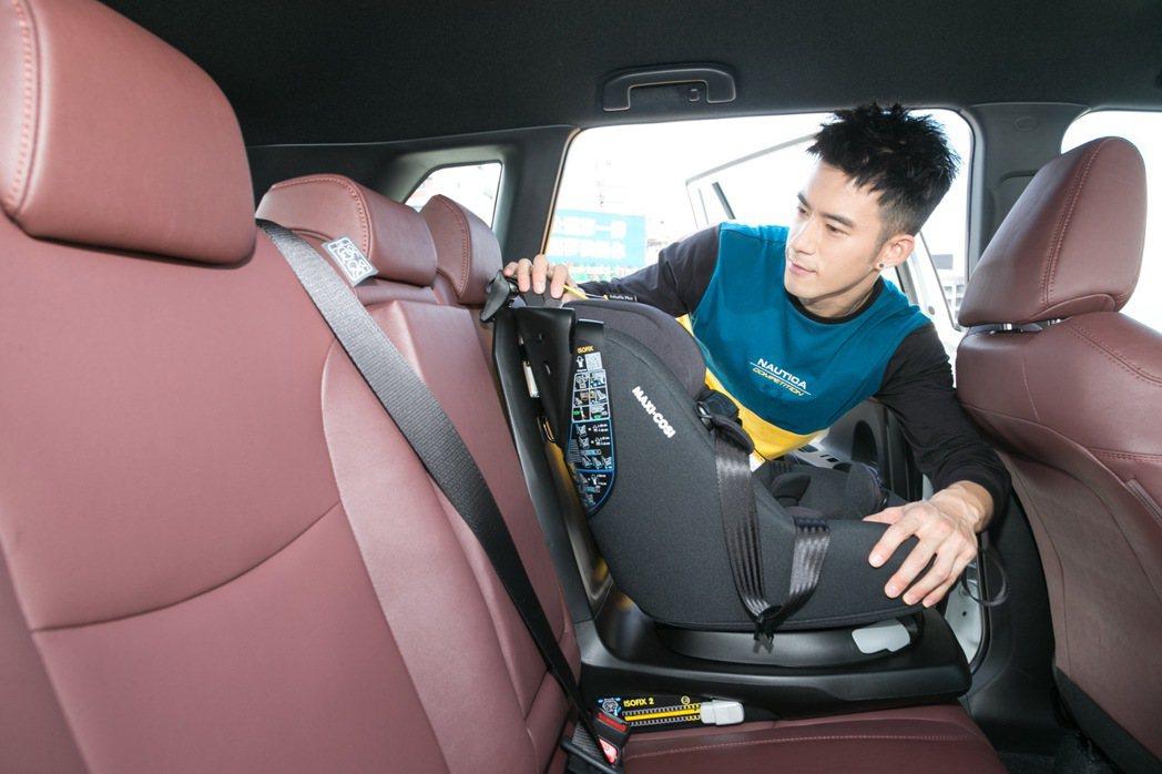 Corolla Cross寬敞的空間,讓紀言愷可以輕鬆安裝汽車安全座椅。 記者陳...