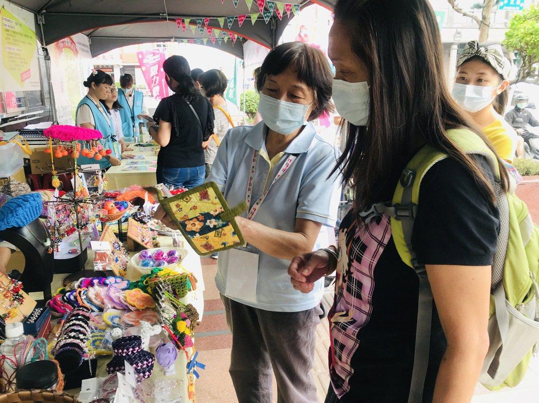 65歲的朱淑惠用拼布拚出心夢想。 南區銀髮中心/提供。
