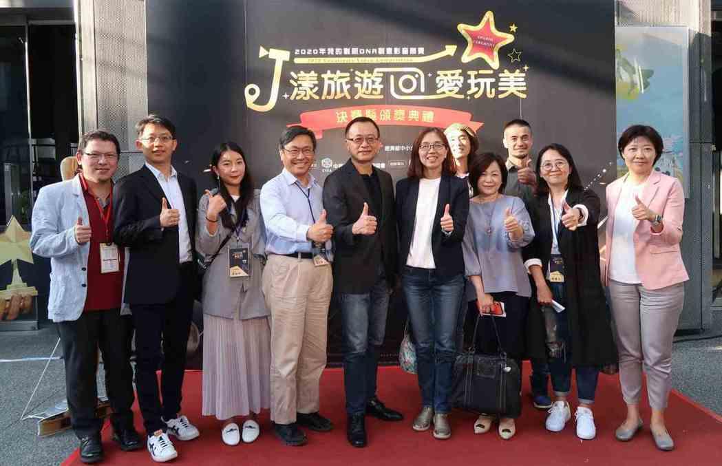 中小企業處副處長胡貝蒂(左六)、中華軟協理事長沈柏延(左五)與評審團代表合影。 ...
