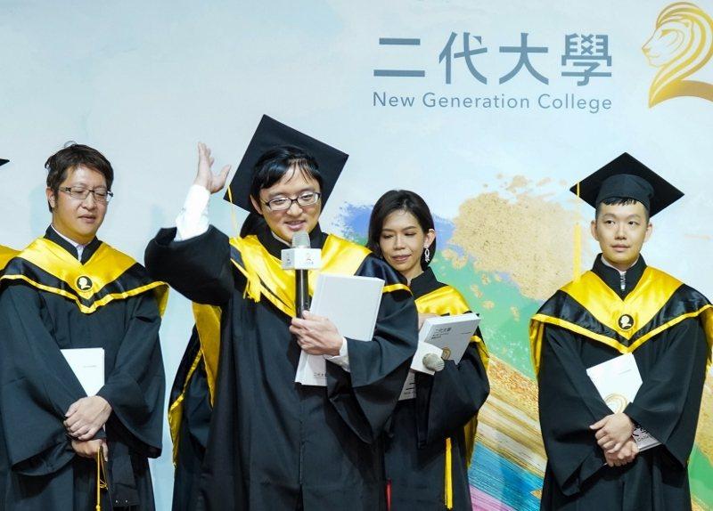 新冠疫情讓全球許多學生必須遠距上課,二代大學也有一位學生如此。林伯全(前)說,同...