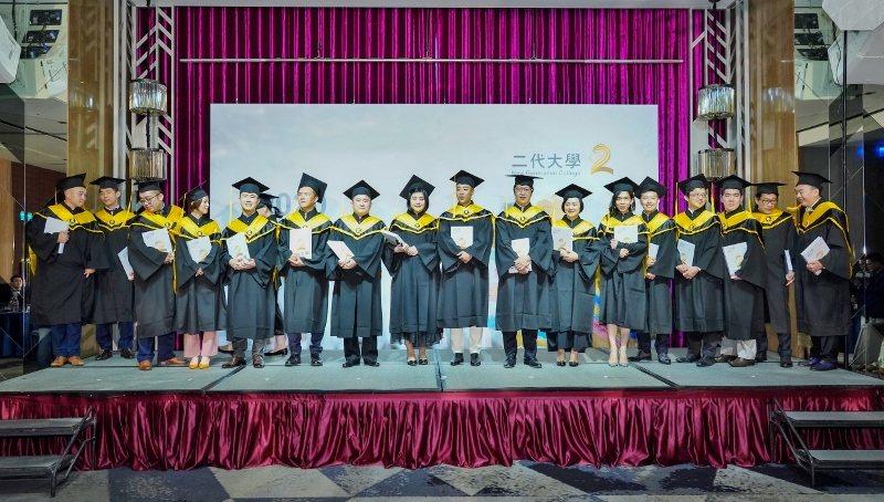 二代大學第三屆畢業生上台一字排開,班長嚴璐(右六,東台精機發言人)帶動歡樂氣氛。...