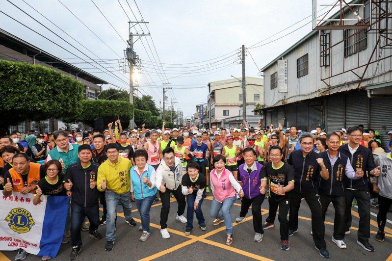2020台中國際馬拉松今天在豐原體育場起跑,台中市長盧秀燕等人到場,為跑者加油。記者游振昇/攝影