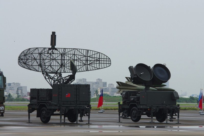 空軍正以專案形式,由中科院整合機動式相位雷達車,更換鷹式飛彈的MPQ-50脈衝搜索雷達(圖左)等裝備。圖/本報資料照