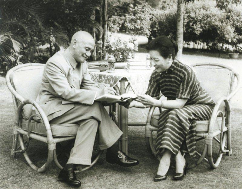蔣中正與夫人宋美齡昔日在士林官邸庭園研讀《聖經》的歷史性畫面。圖/士林官邸正館提供