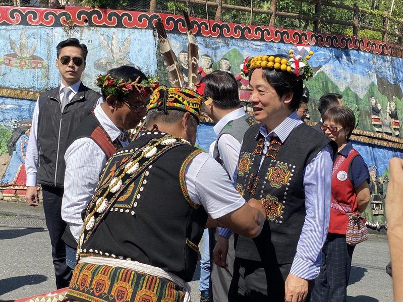 賴清德在部落頭目、耆老安排下,穿上排灣族傳統背心服飾。記者尤聰光/攝影