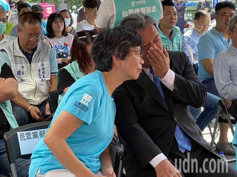 台灣民眾黨台南總圖服務處今天在東區揭幕,立委蔡壁如在場與台南市議會議長許信良交換意見。記者修瑞瑩/攝影