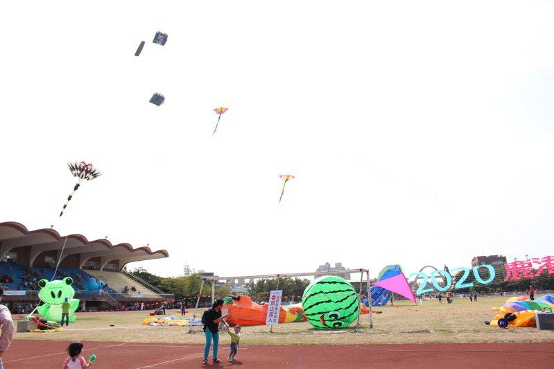 鹿港風箏節今天上午在鹿港鎮體育場登場,但幾乎處於無風至微風狀態,天空上還不夠熱鬧。 記者林敬家/攝影