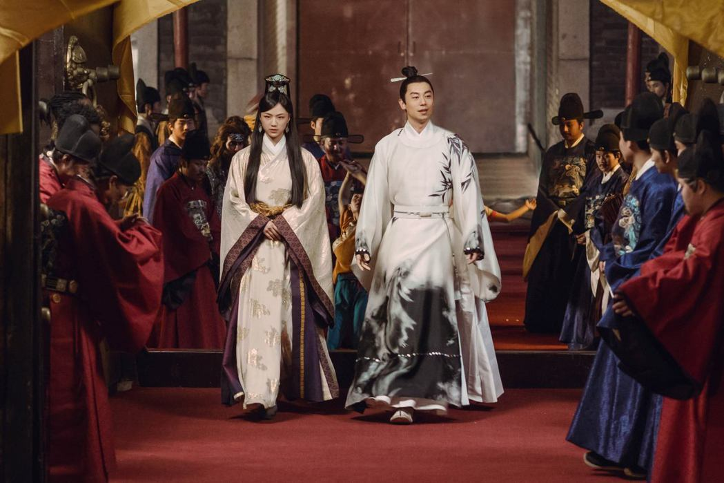 湯唯(左)和朱亞文合作「大明風華」。圖/八大提供