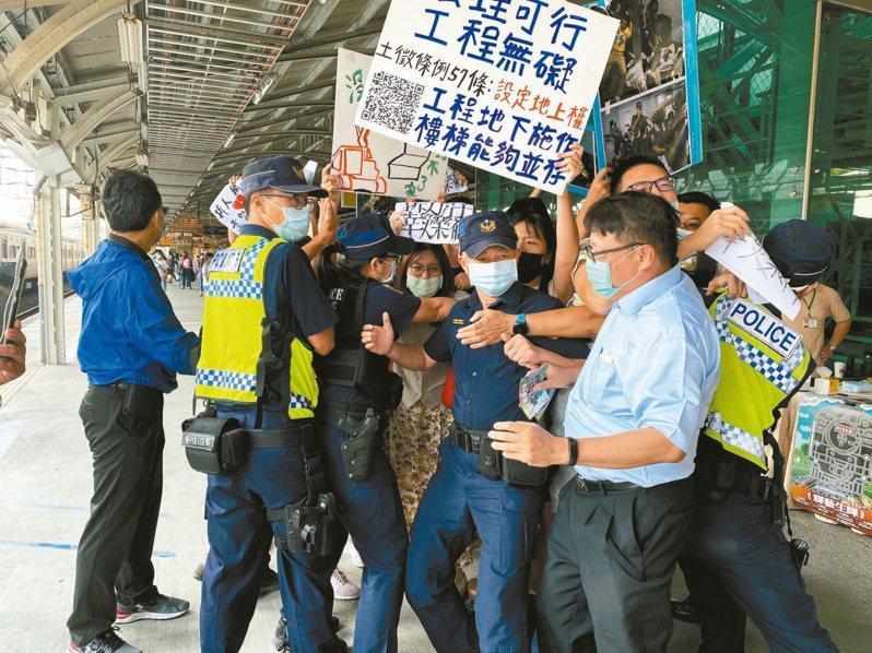 聲援台南鐵路地下化拆遷戶的學生台南火車站抗議,被警方與工作人員包圍攔阻。圖/聯合報系資料照片