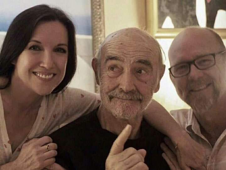 史恩康納萊(中)與兒子傑森(右)、兒子伴侶費歐娜(左)去年的89歲慶生合照是他最