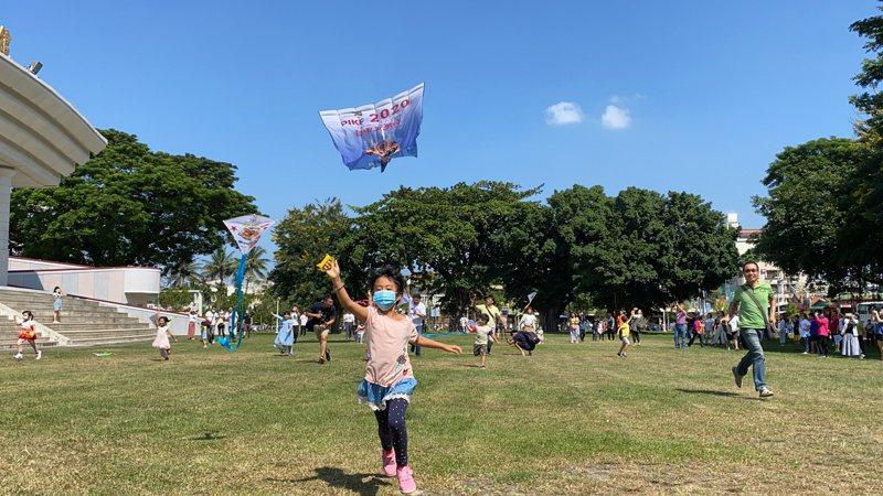 2020屏東風箏節將在11月7、8 日,在高屏溪河濱公園登場,屏東縣長潘孟安邀請加大家,別再當低頭族,一起來當抬頭族。記者劉星君/攝影