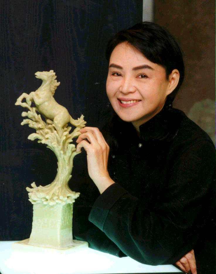 楊惠姍親手雕塑「全球十大華語影星」獎座。本報資料照片
