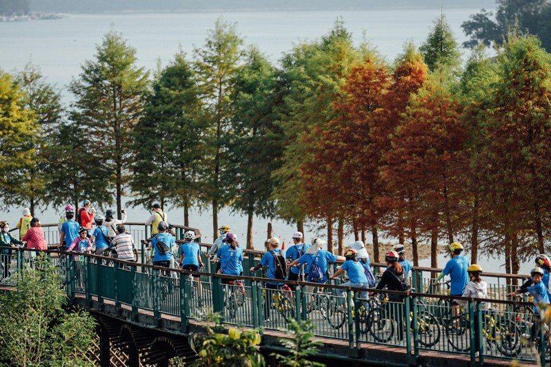 日月潭自行車道曾入選「全球十大最美自行車道」,今辦單車活動吸引約千名騎士參與。圖/日管處提供