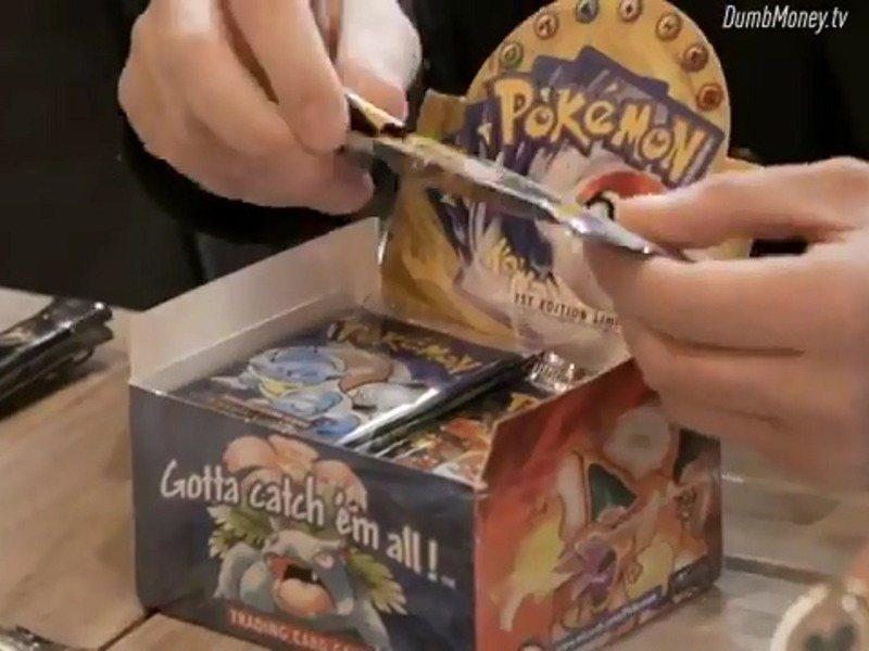 卡米洛27日現場開箱他準備購買的整盒罕見初版寶可夢卡牌補充包,卻發現補充包早已被拆過,被塞進普卡、壞卡或根本一文不值的卡牌。圖/翻攝自Twitter/DumbMoneyTV