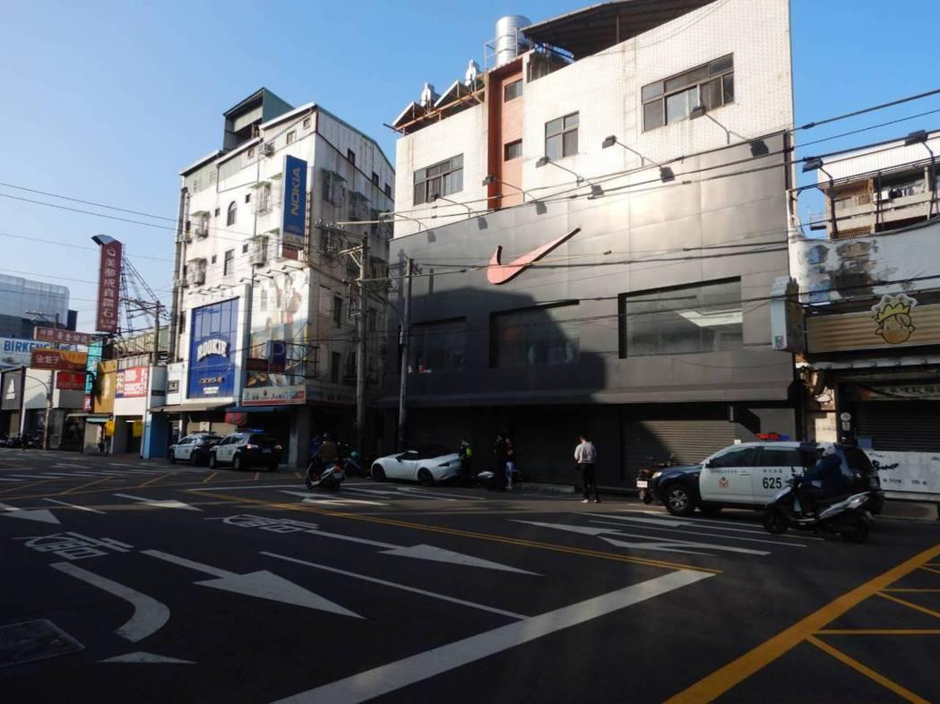 台中市李姓男子昨天清晨駕駛父親的雙門跑車,行經西屯區福星路時,撞上路旁的6輛機車...