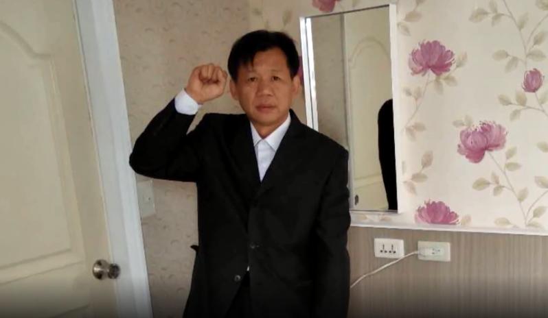 張某在飯店房間內舉行儀式,宣布成立「中國民主共和黨」和「中華民主聯邦共和國」,並宣誓出任「大總統」。圖/取自澎湃新聞