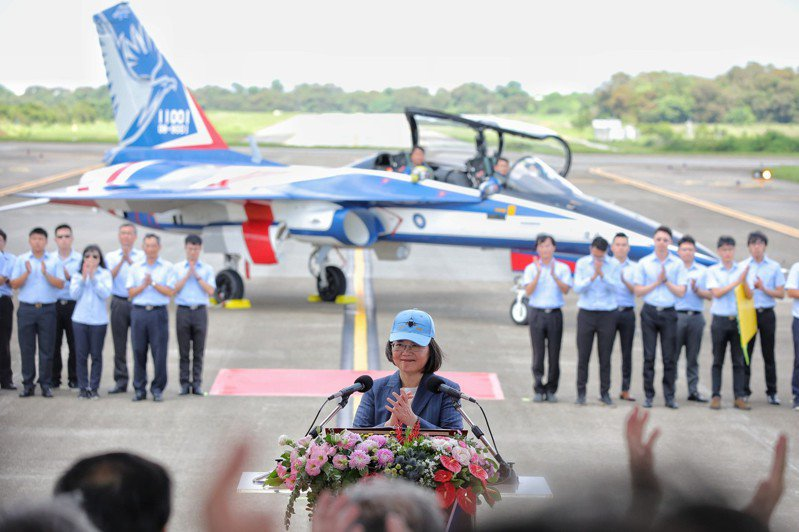 勇鷹高教機今年六月執行首飛儀式,蔡英文總統(前中)親臨校閱。圖/擷取自總統府flicker