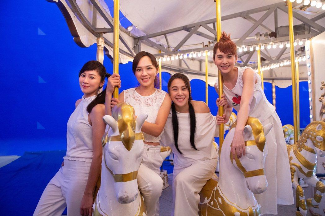 楊丞琳(右一)與4 in Love再度合體。圖/EMI提供