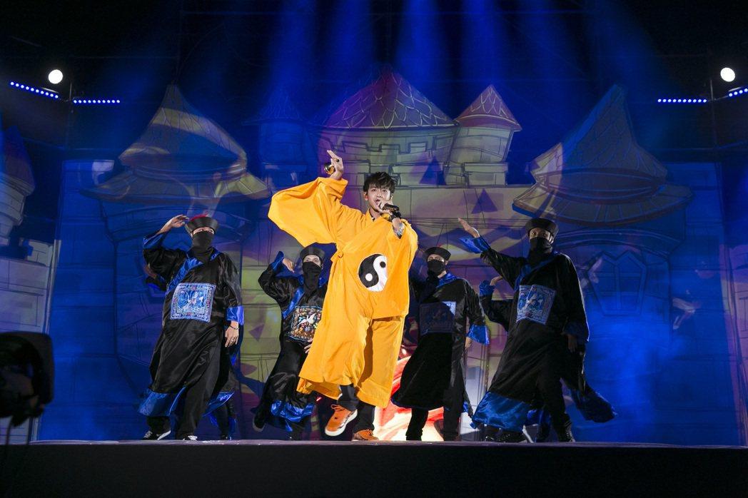 鼓鼓呂思緯(中)扮起黃袍道士,還率領疆屍舞者唱跳「暫時停止呼吸」。圖/相信音樂提