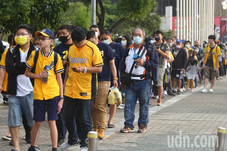 許多球迷在台中洲際棒球場邊排隊領雞排。記者黃仲裕/攝影