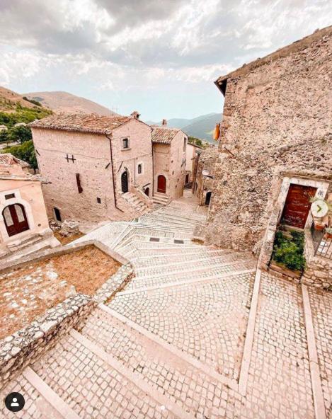義大利城鎮Santo Stefano di Sessanio的風景如畫。圖/取自IG(@_robertorinaldi_)