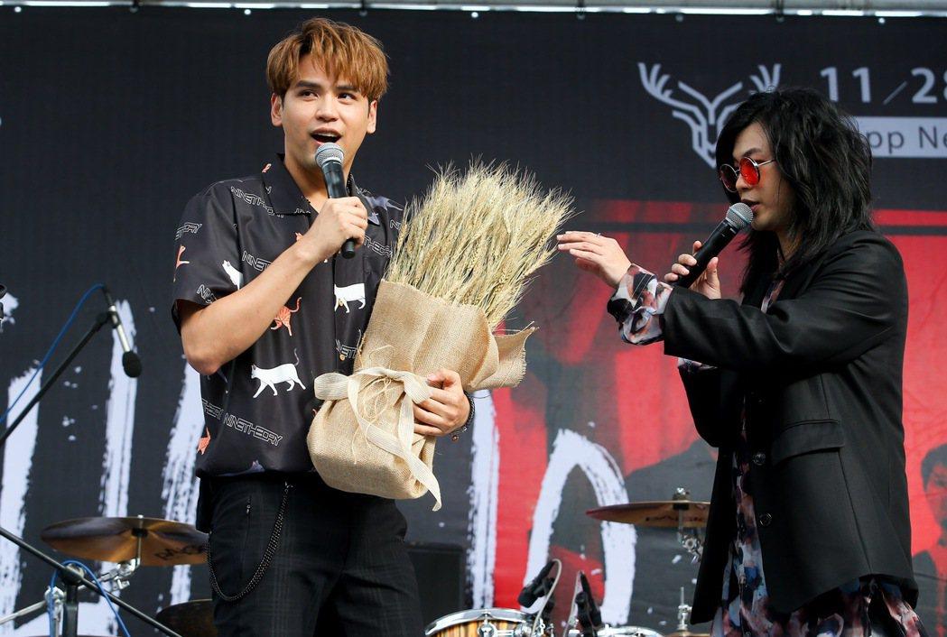 陳零九(左)送上大麥花祝賀麋先生。記者余承翰/攝影