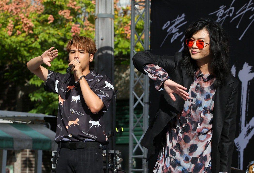 陳零九(左)與麋先生合唱。記者余承翰/攝影