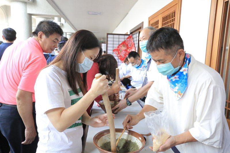 慈濟彰化靜思堂今天舉辦感恩活動,現場多人一起泡茶。 圖/彰化分會靜思堂提供