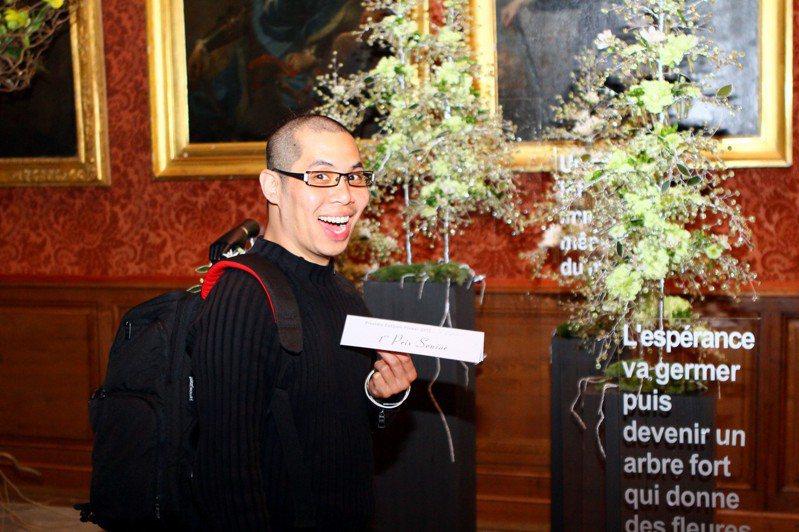 妥瑞氏症花藝設計師吳尚洋,曾奪下法國Piverdie D'OR時尚花藝大賽冠軍。圖/吳尚洋提供。