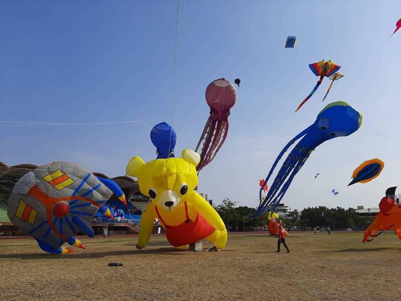 彰化鹿港風箏節在鹿港鎮體育場登場,下午起風後天空箏奇鬥豔。記者林敬家/攝影