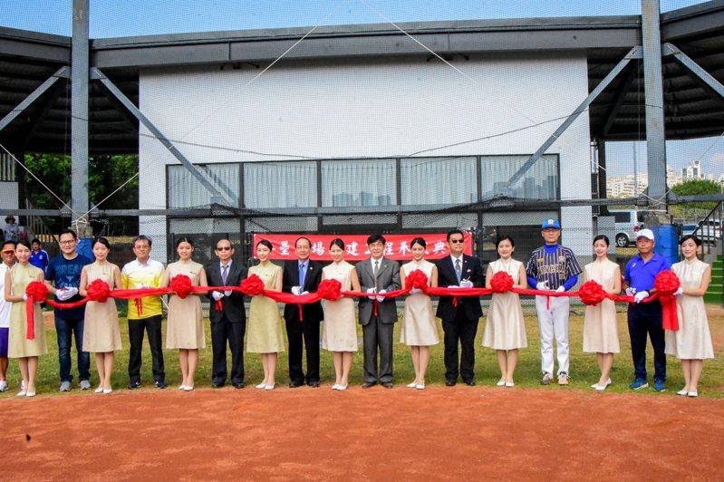 東海大學校新建棒壘球場,由東海大學校長王茂駿(左八)等人剪綵。圖/東海大學提供