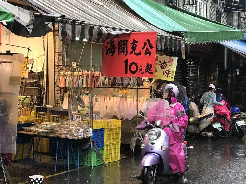 路邊攤販、菜市場常見打著海關充公招牌的,什麼東西都有賣,真假難辨。記者吳淑君/攝影
