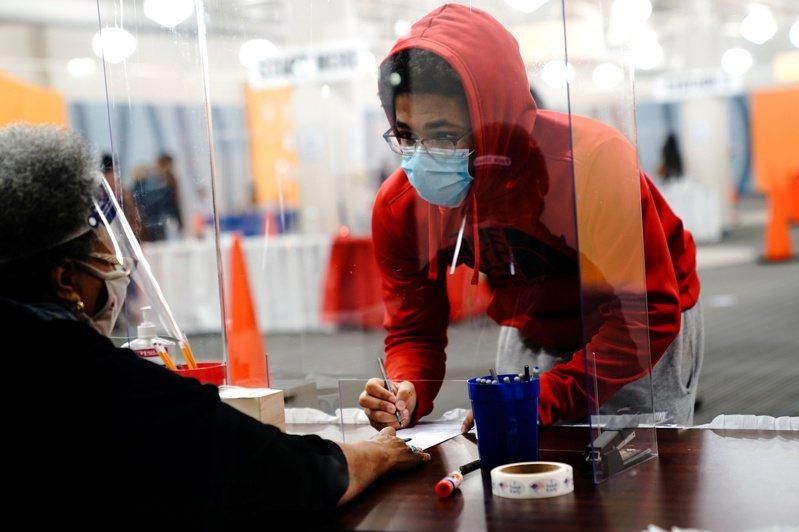 專家預估美國年輕族群今年的投票率可望創新高。圖為威斯康辛州密爾瓦基市一名年輕人提前投票。路透