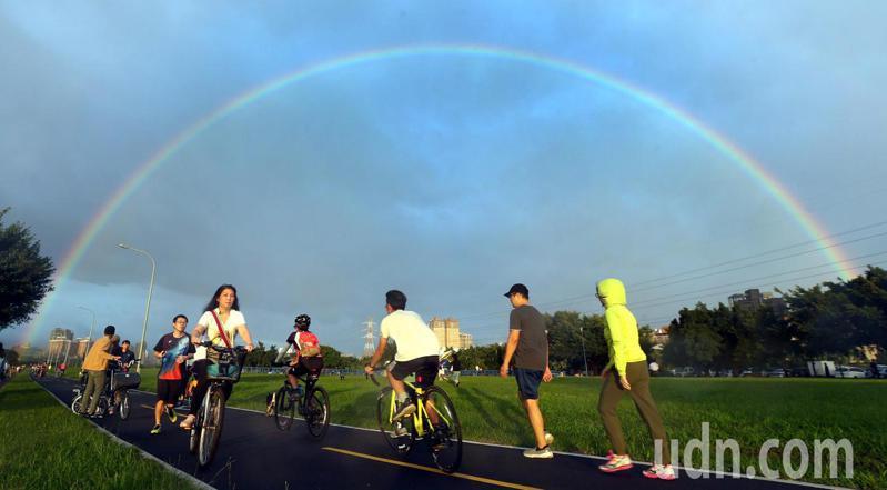 傍晚在河濱公園運動的民眾,意外目睹絢麗的彩虹美景。記者侯永全/攝影